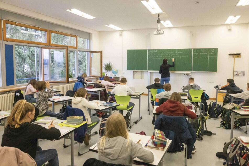 Schülerinnen und Schüler einer fünften Klasse der Johanniter Realschule Heitersheim sitzen während dem Unterricht in ihrem Klassenzimmer.