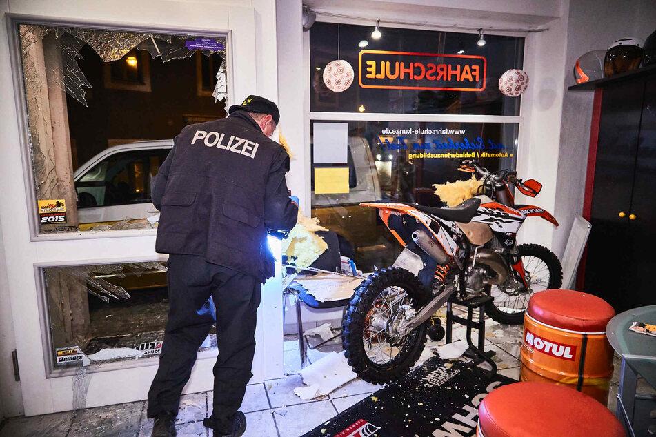 Die Beamten nahmen die Spuren nach der Explosion auf.