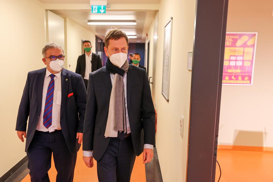Am 11. Dezember 2020 besuchte Michael Kretschmer (45, r.) unter anderem das Helios Klinikum in Aue, erst da wäre ihm klar geworden, wie dramatisch die Corona-Lage war.