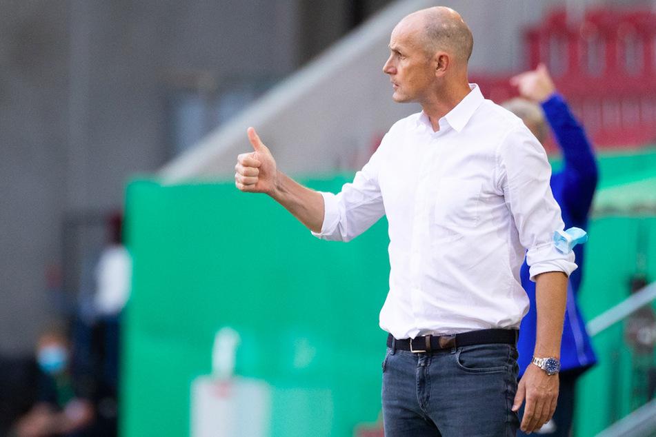 Trainer Heiko Herrlich vom FC Augsburg (48) lacht inzwischen über den Zahnpasta-Zwischenfall.