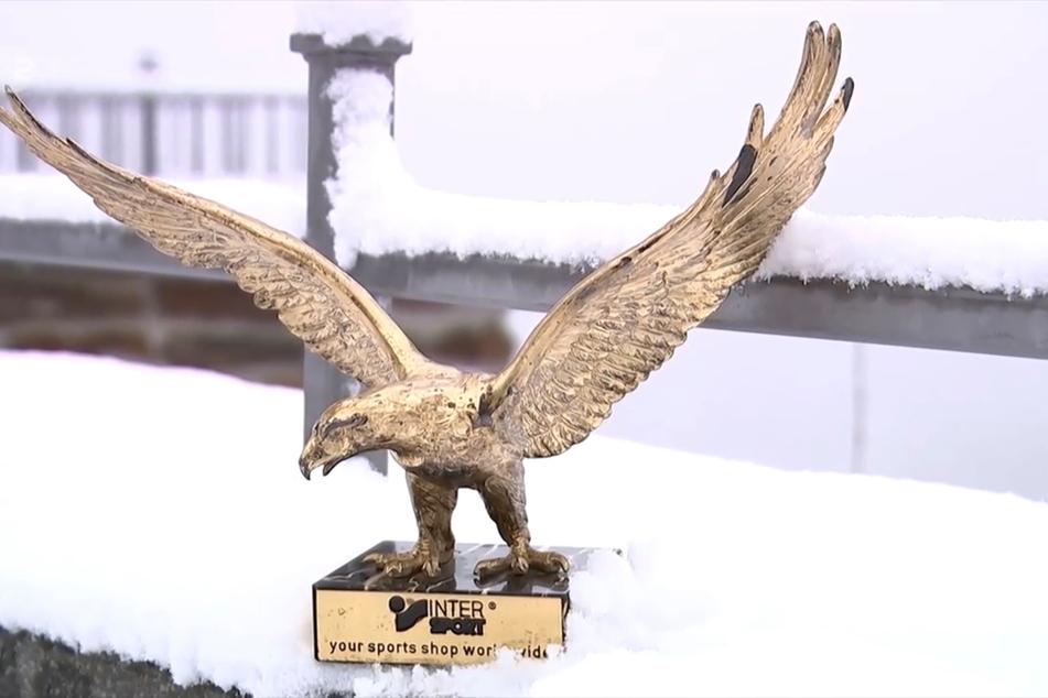 Der goldene Adler von Manfred Deckert im Auerbacher Schnee. 12.750,99 Euro hat die Auktion eingebracht.