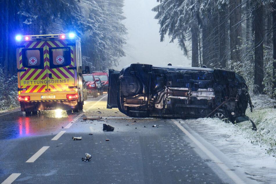 Erzgebirge: Skoda überschlägt sich, Fahrerin im Krankenhaus