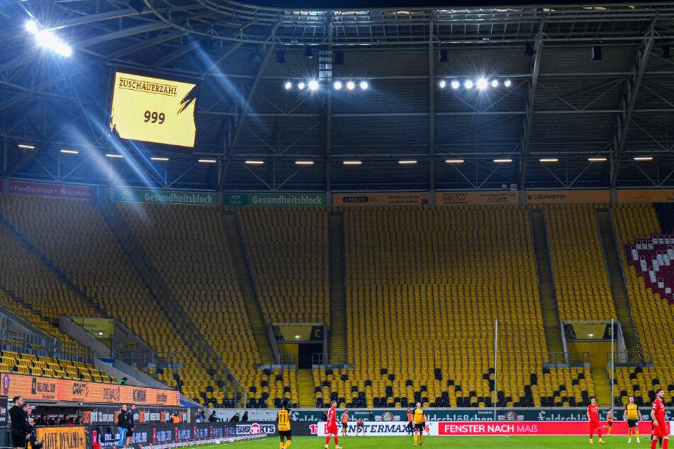 """Gegen Zwickau verloren sich gerade mal 999 Zuschauer im Harbig-Stadion. Dem Verein gehen bei dieser """"Auslastung"""" jedes Mal fast 300.000 Euro verloren."""