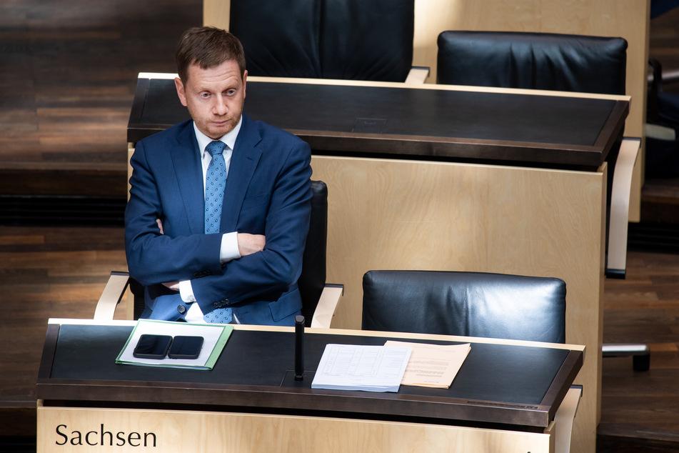 Michael Kretschmer (CDU), Ministerpräsident von Sachsen, sitzt in der Plenarsitzung vom Bundesrat.