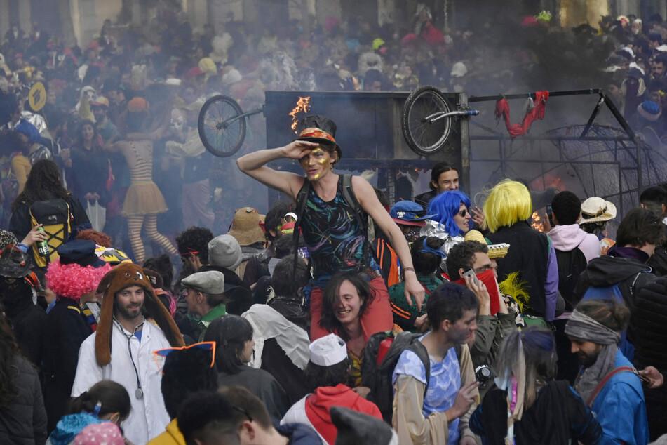 Marseille: Menschen in Kostümen genießen einen nicht genehmigten Karneval in der Straße Canebiere.