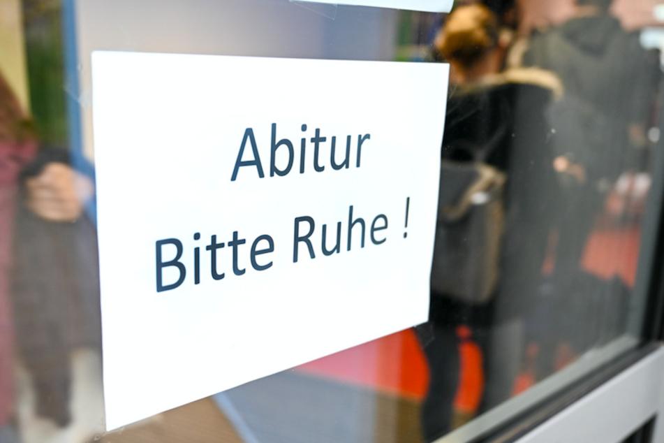 Bayerische Schüler befürchten Nachteile, wenn die Abiturprüfungen jetzt doch noch stattfinden.