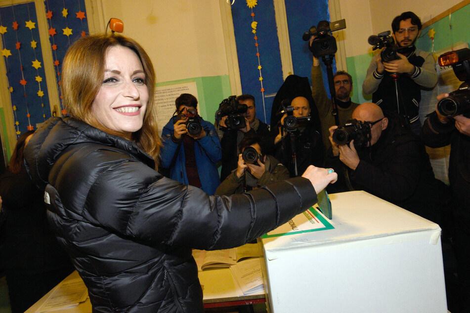 Italien, Bologna: Lucia Borgonzoni, Kandidatin der Lega, gibt in einem Wahllokal ihre Stimme für die Regionalwahlen ab.