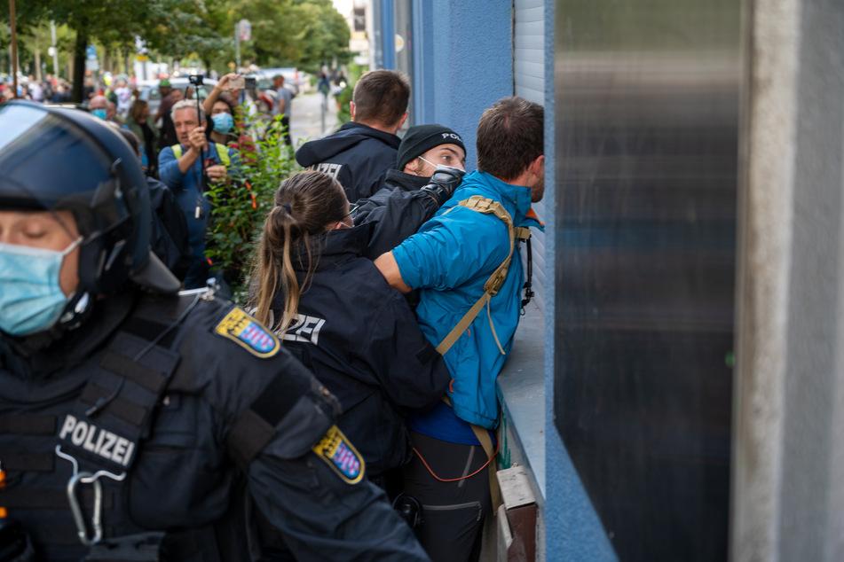 Polizisten nehmen einen Teilnehmer bei der Demonstration gegen die Corona-Politik der Bundesrepublik in Berlin fest.