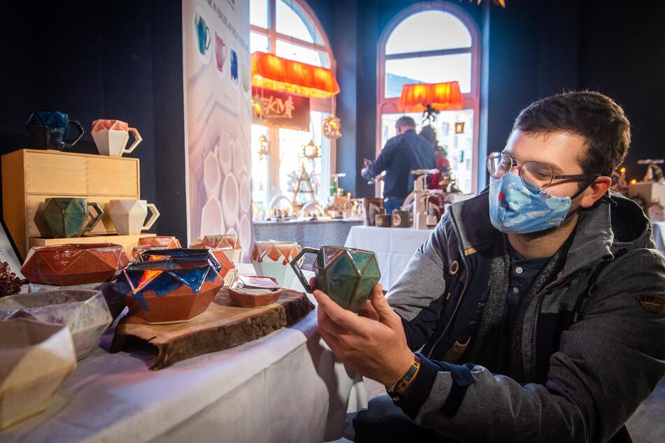 Benji Mojzes (23) kaufte sich im Pop-up-Store einen in Dresden produzierten Keramikbecher.