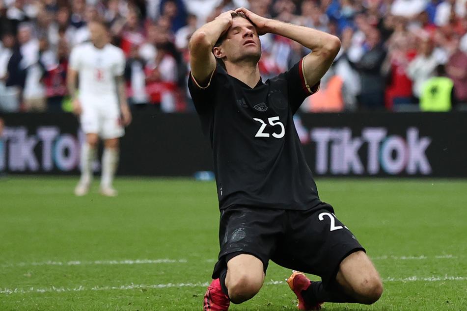Nach seiner vergebenen Großchance schlägt Thomas Müller (31) die Hände über dem Kopf zusammen.