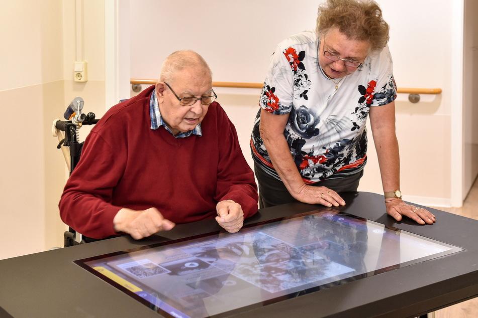 Auch historische Fotos und Videos können die Senioren am Care Table anschauen.