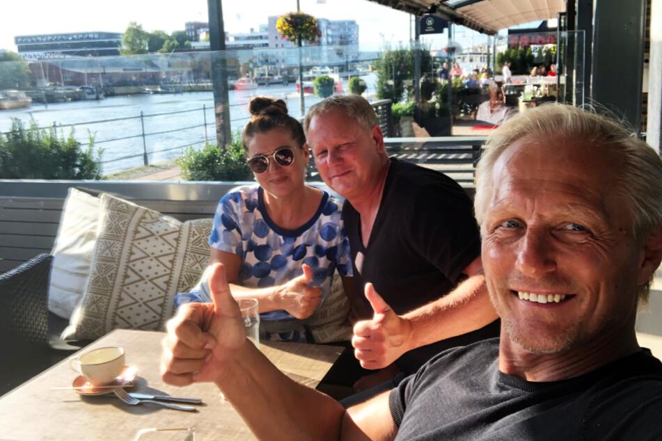 Daumen hoch: Jörn Andersen (r.) mit seiner deutschen Frau Ulla und einem Freund.