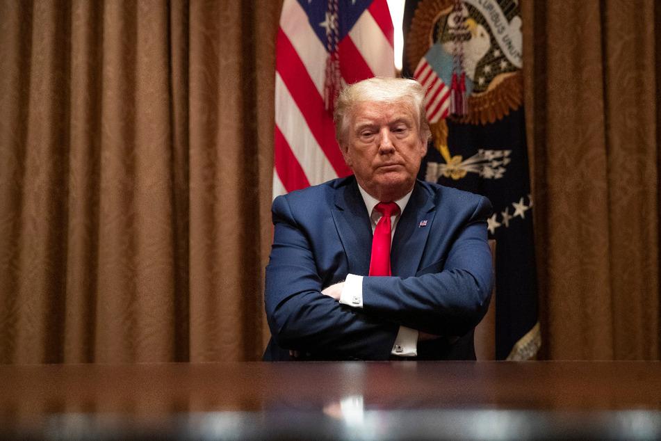 Donald Trump, Präsident der USA, verschränkt die Arme während eines Gesprächs mit afroamerikanischen Unterstützern im Kabinettsraum des Weißen Hauses.