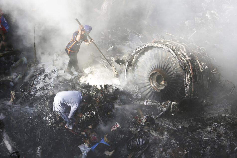 Flugzeugabsturz in Pakistan: Fast alle Reisenden gestorben
