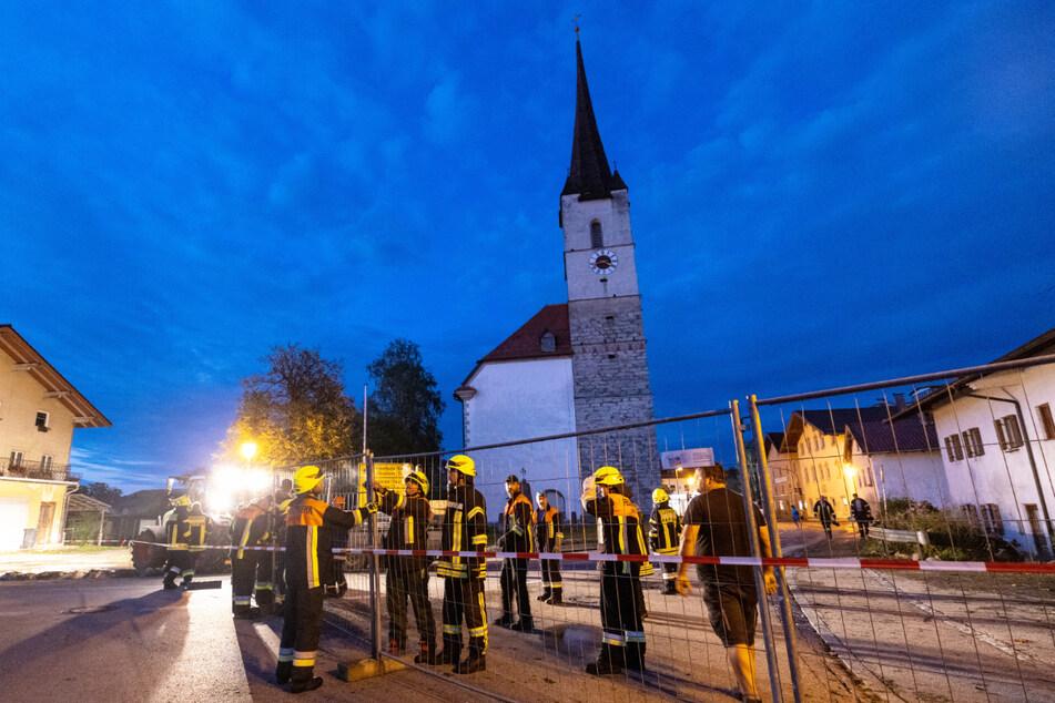 Absperrung in Halfing: Wegen der Unwetterschäden musste die Feuerwehr ausrücken.