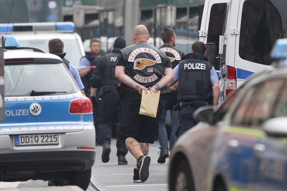 Ein Rocker wird nach der Schießerei auf der Eisenbahnstraße abgeführt. Gegen 12 Hells Angels wird noch wegen gemeinschaftlichen Mordes ermittelt.