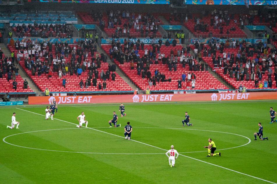 Die Mannschaften von England und Schottland sowie der Schiedsrichter knien vor dem Anpfiff des Gruppenspiels bei der Europameisterschaft 2020, um ein Zeichen gegen Rassismus zu setzen.