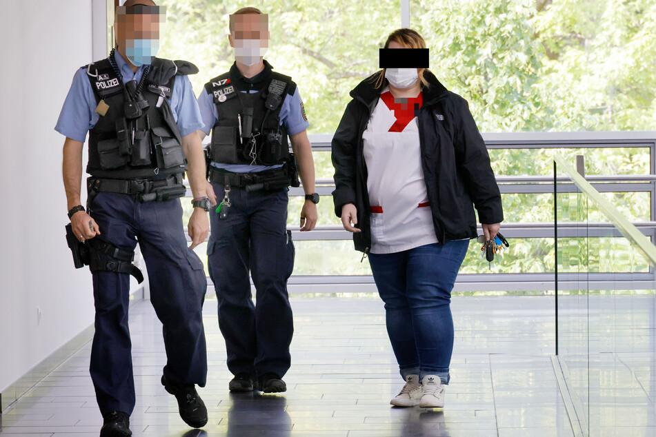 Weil Pflegerin Jessica F. (35) nicht zum Verhandlungstermin erschien, wurde sie von Polizisten bei der Arbeit abgefangen.