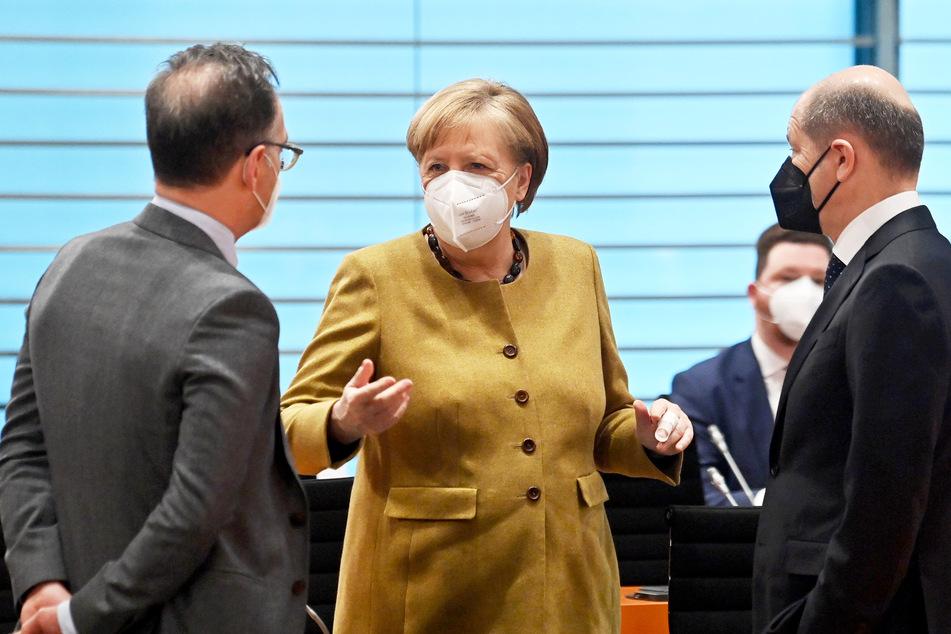 Bundeskanzlerin Angela Merkel (66, CDU) spricht mit Außenminister Heiko Maas (54, SPD, l.) und Finanzminister Olaf Scholz (62, SPD) vor der Sitzung des Kabinetts im Bundeskanzleramt.