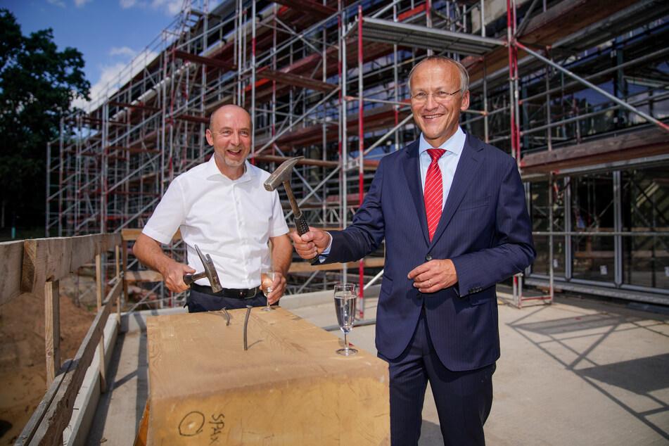 Bäderchef Matthias Waurick (57, l.) und Sportbürgermeister Peter Lames (55, SPD) während des Richtfestes.