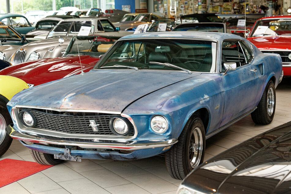 Der blaue Ford Mustang Fastback gehörte zuletzt der Witwe von Hollywood-Legende Steve McQueen (1930-1980).