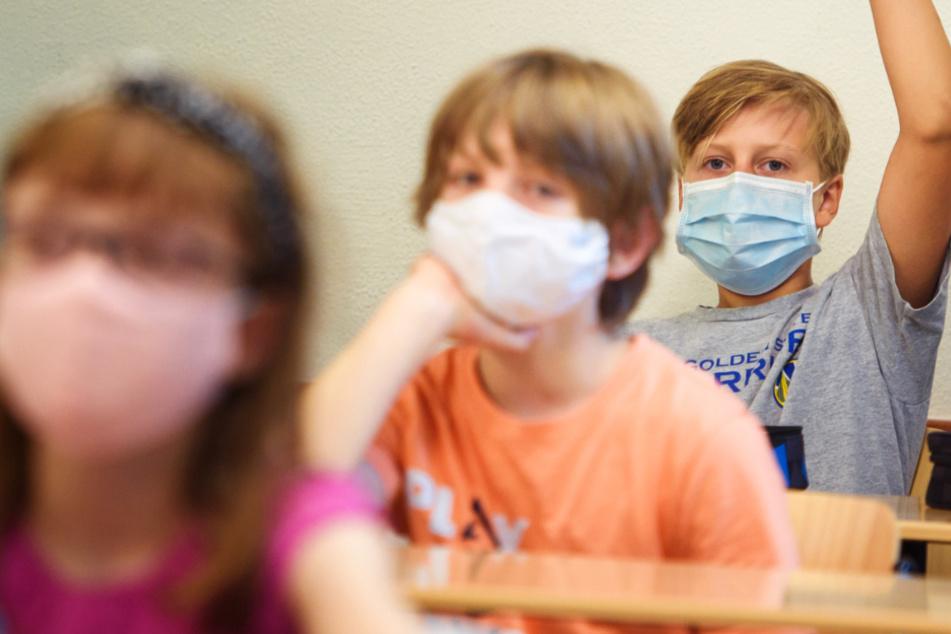 Das Foto vom 1. August zeigt Schüler einer Sechsten Klasse mit Gesichtsmasken beim Schulunterricht.