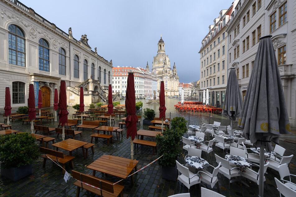 Die Außenbereiche der Restaurants, wie hier auf dem Neumarkt in Dresden, könnten bald wieder öffnen. Zumindest, wenn die Inzidenz weiterhin sinkt.