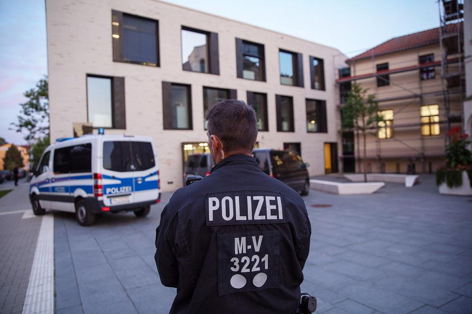 Polizisten stehen vor dem Landratsamt in Wismar. (Symbolbild)