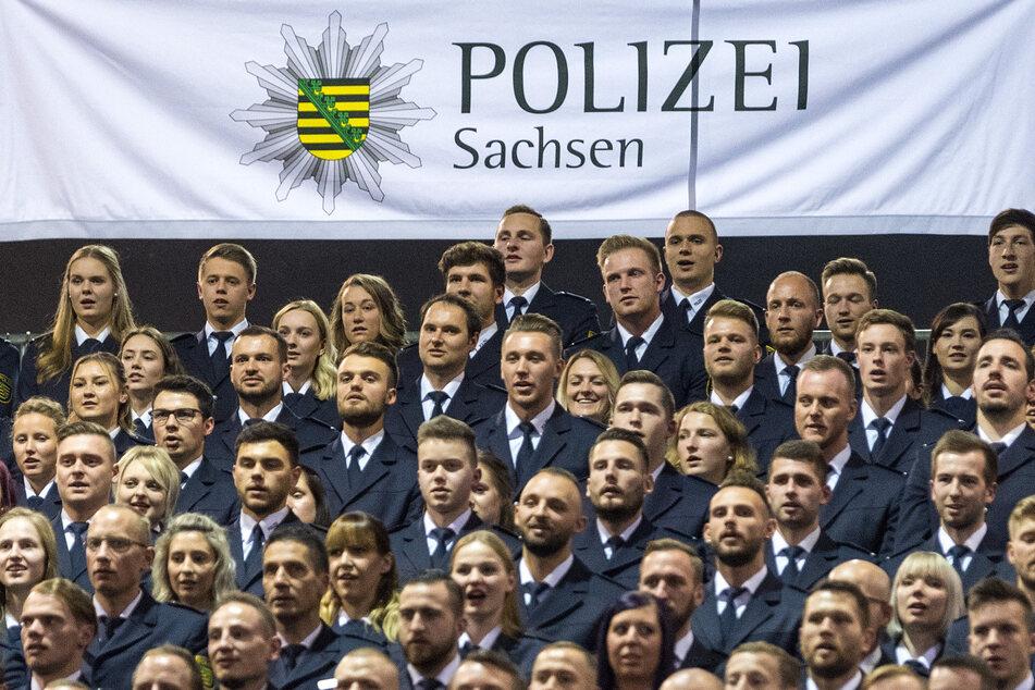 """""""Verdächtig gute Jobs""""-Bewerber mit Migrationsgrund willkommen: Sächsische Polizeianwärter bei der Vereidigung."""