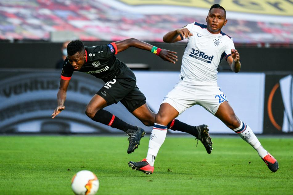 Alfredo Morelos von Rangers in Aktion gegen Edmond Tapsoba (l) von Bayer 04 Leverkusen.