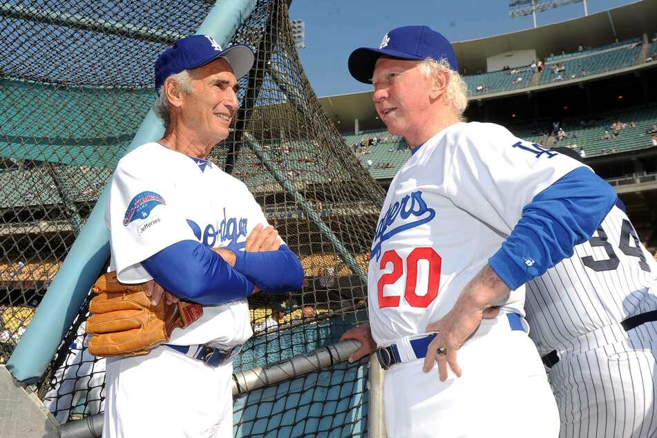 Sandy Koufax (85, l.) speaks to fellow Dodger and Hall of Famer Don Sutton (†75, r.) during a 2013 Old-Timers game (archive image).