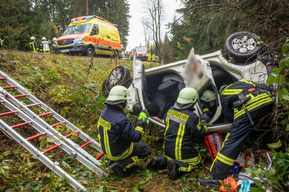 Heftiger Crash im Erzgebirge: Pflegedienstfahrzeug überschlägt sich mehrfach