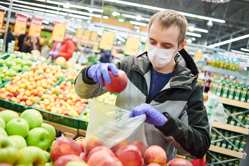 Ab Freitag fällt in Sachsen die Maskenpflicht fürs Einkaufen in Regionen, in denen die Inzidenz unter zehn liegt. (Symbolbild)