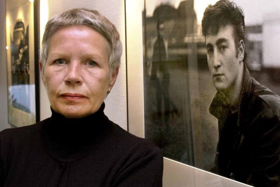 Die Fotografin Astrid Kirchherr steht in der Fotoausstellung über den Musiker John Lennon vor einem ihrer Bilder.
