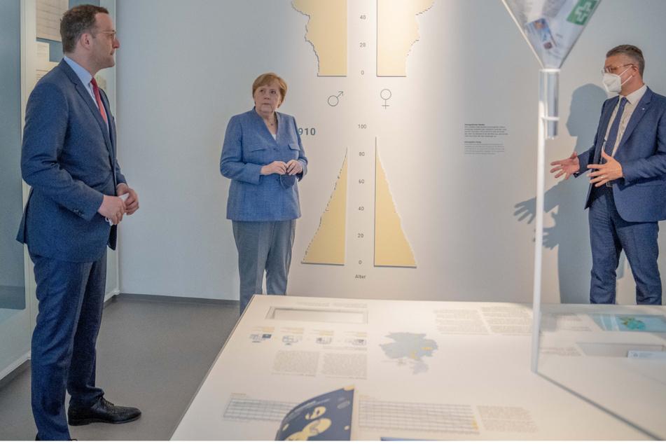 Jens Spahn (41, CDU, links) und Angela Merkel (66, CDU, Mitte) waren am Dienstag im Robert Koch-Institut zu Besuch.