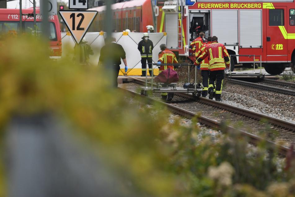 Tödliches Drama an Bahnhof: Zwei Schüler von Zug erfasst, jede Hilfe kommt zu spät