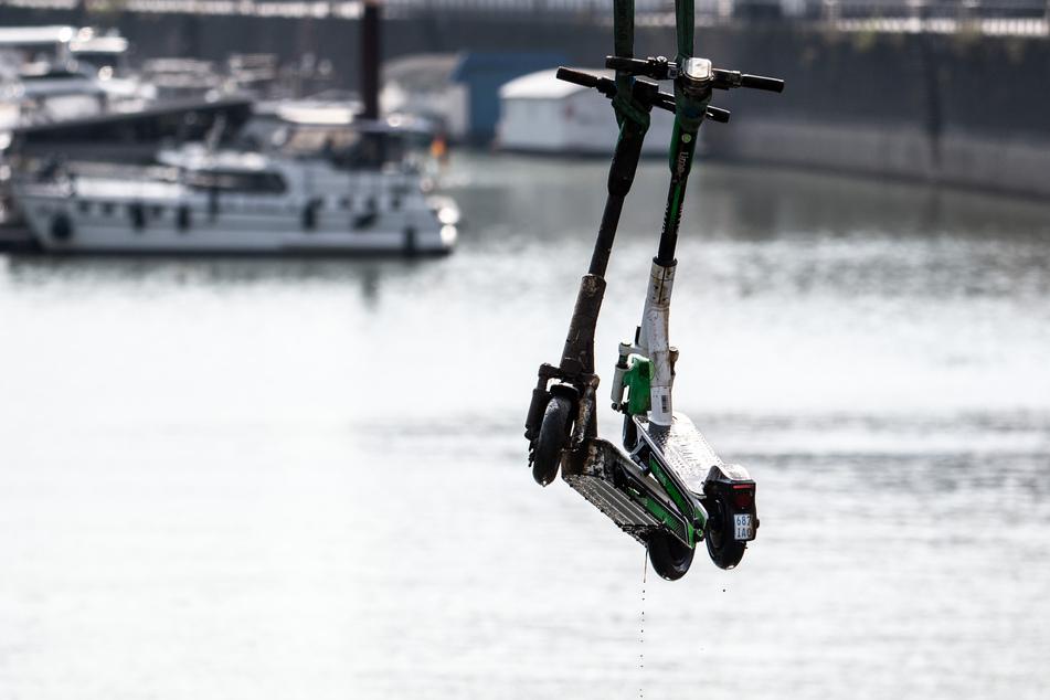 Spezialtaucher, ein Beiboot und ein Autokran hatten die E-Scooter aus dem Rheinauhafen gefischt.