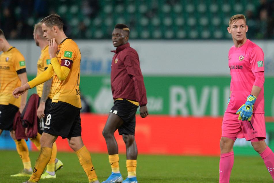 Nach dem Abpfiff des Hinspiels schleichen die Dynamos wie begossene Pudel vom Spielfeld. Fürth gewann das Spiel mit 2:0.