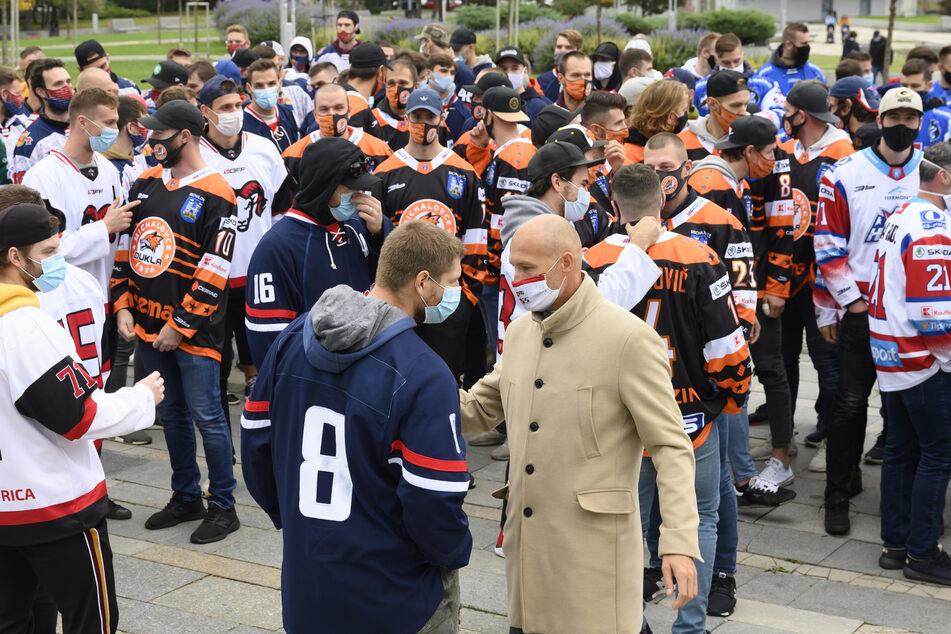 Eishockeyspieler protestieren vor dem Regierungsamt gegen Corona-Maßnahmen der slowakischen Regierung.