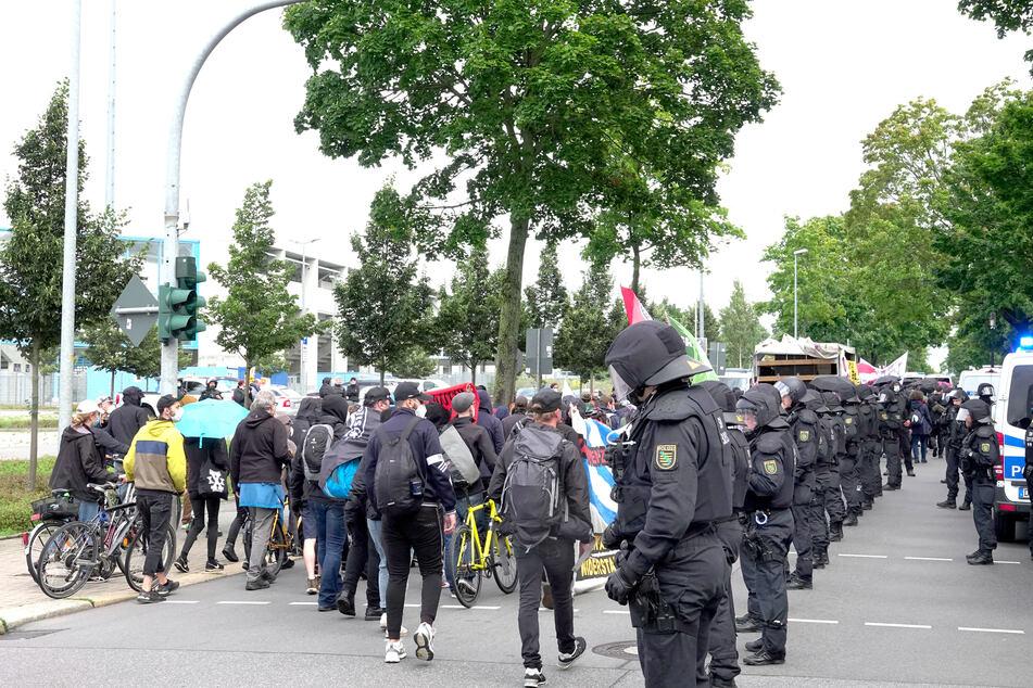 Knapp 300 antifaschistische Demonstranten zogen am Samstagnachmittag durch den Chemnitzer Nordosten.