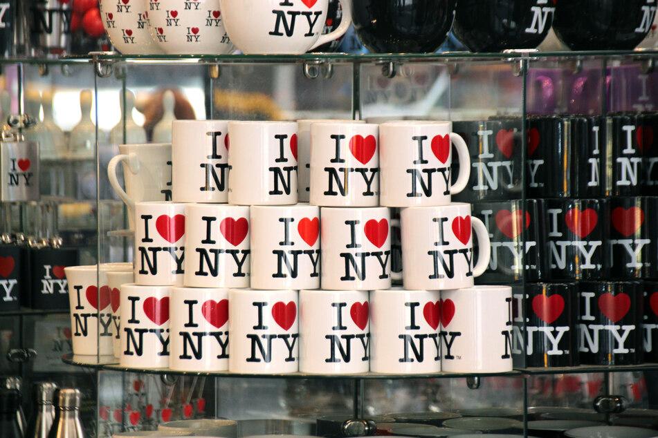 "Tassen mit dem ""I love New York""-Logo. (Archivbild)"