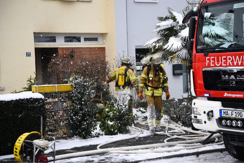 Die Feuerwehr geht in der Mannheimer Joseph-Bauer-Straße ihrer Arbeit nach.