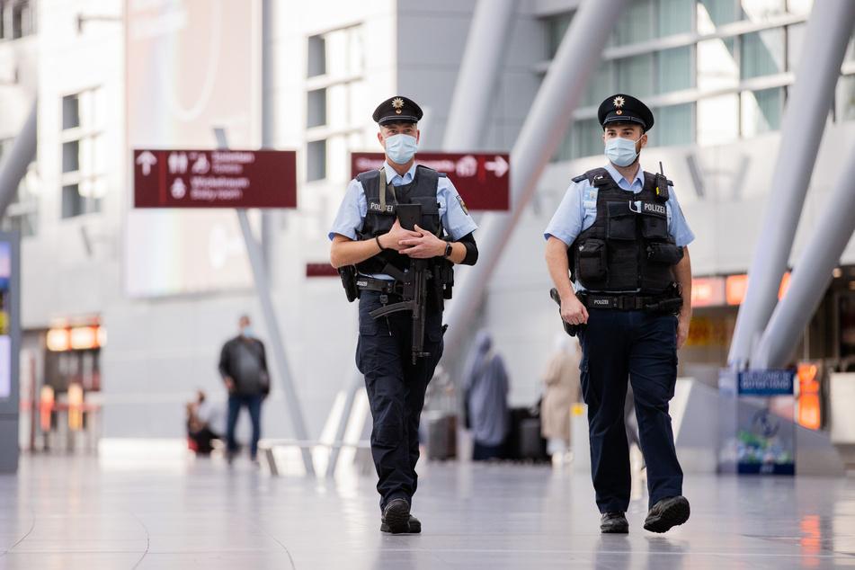 Die Bundespolizei hat am Düsseldorfer Flughafen einen mit Haftbefehl gesuchten verurteilten Räuber festgenommen. (Symbolfoto)