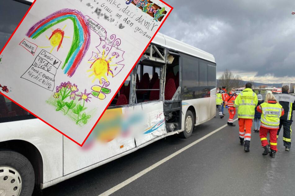 So süß bedankt sich Siebenjährige nach Schulbus-Unfall bei Sanitäterin