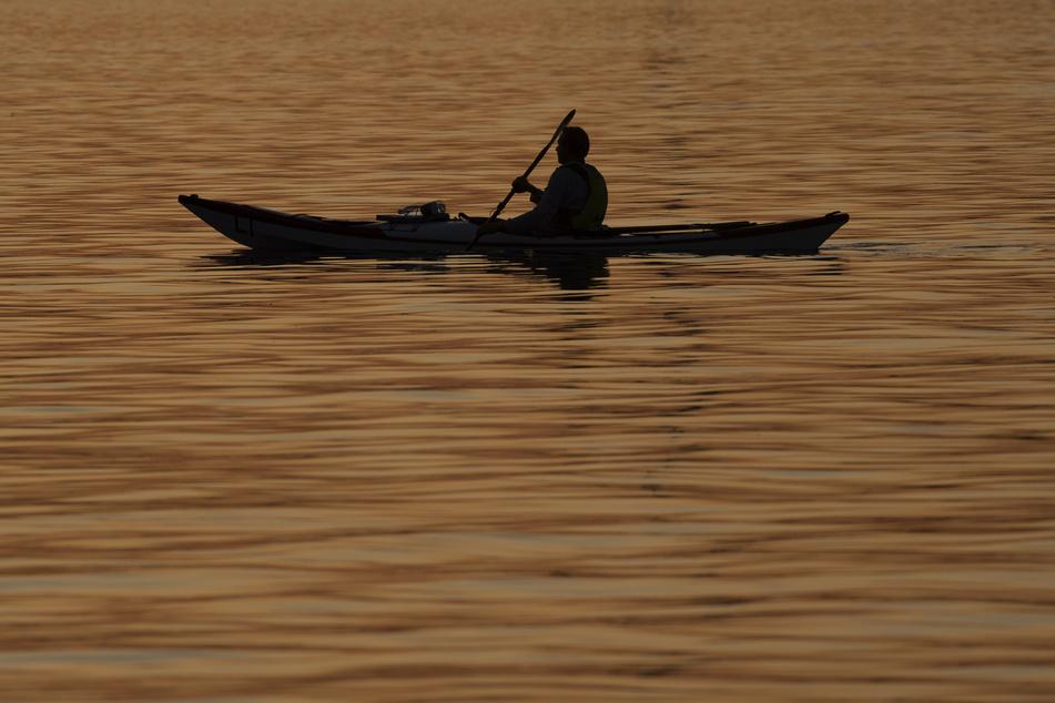 Ein Kanufahrer entdeckte am Samstagnachmittag eine Wasserleiche in der Saale. (Symbolbild)