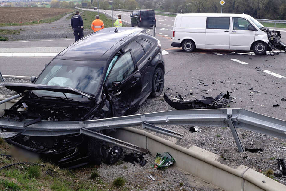 Drei Verletzte nach schlimmem Kreuzungs-Unfall