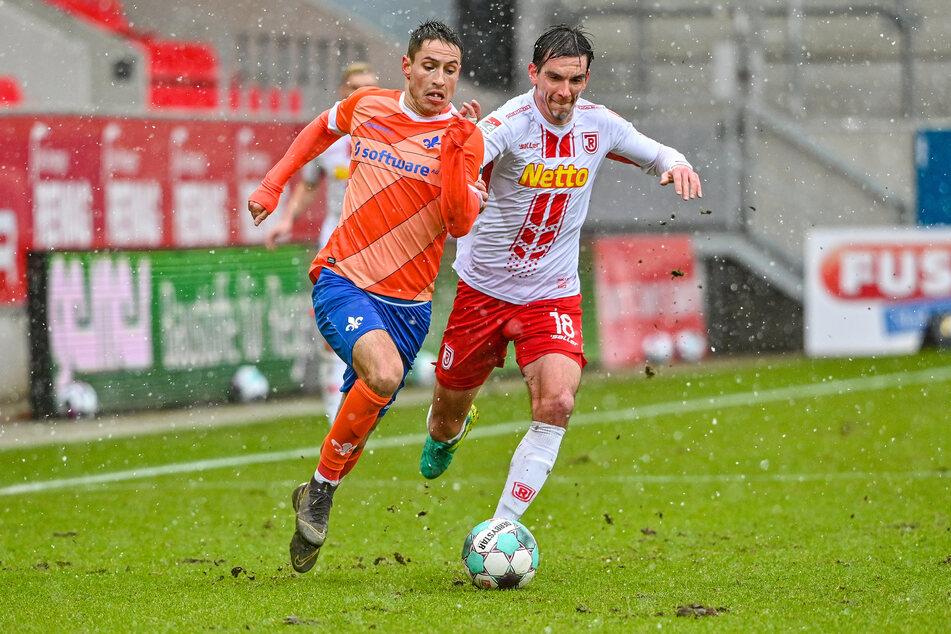 Christoph Moritz vom SSV Jahn Regensburg (r.) im Zweikampf mit Fabian Schnellhardt vom SV Darmstadt 98.