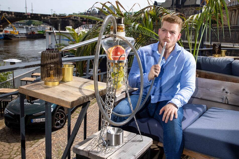 """Eric Jachlinsky (26) raucht genüsslich eine Luxus-Shisha auf der Terrasse des Club """"Kobalt""""."""