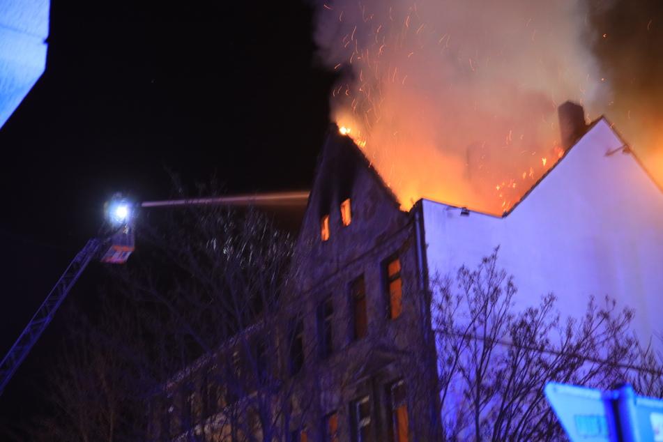 Das Feuer breitete sich rasant aus.