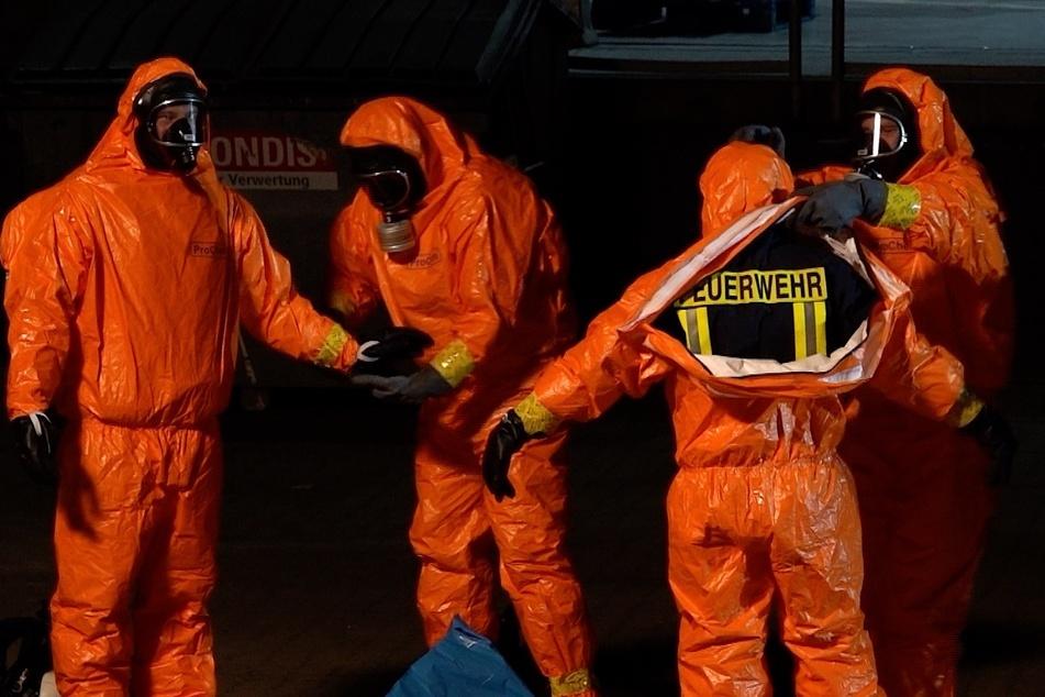 Die Einsatzkräfte mussten zur Bergung des Gefahrguts Schutzanzüge anziehen.